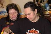 Максим Удало и Сергей Попов рассматривают подарок, врученный фан-клубом Наш Rock (нажмите для увеличения)