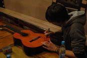 Тэм подписывает гитару (нажмите для увеличения)