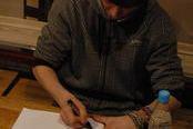Тэм раздаёт автографы (нажмите для увеличения)