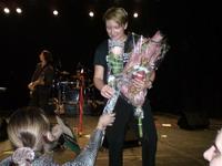 Диана Арбенина принимает цветы и подарки от зрителей