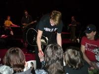 Некоторым фанам удалось получит автограф Дианы Арбениной со сцены, прямо во время концерта